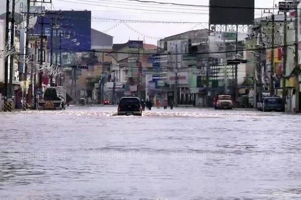 The main street is almost passable in Sakon Nakhon town but the Sonca storm runoff is slow because of a lack of drainage. (Post Today photo)