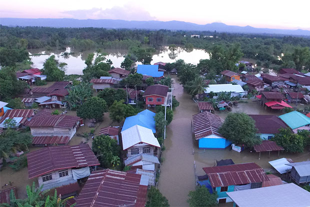 Houses and farmland in Nakhon Phanom's Wang Yang district are flooded as a huge volume of water continues to flow into the province from neighbouring Sakon Nakhon. (Photo by Pattanapong Sripiachai)