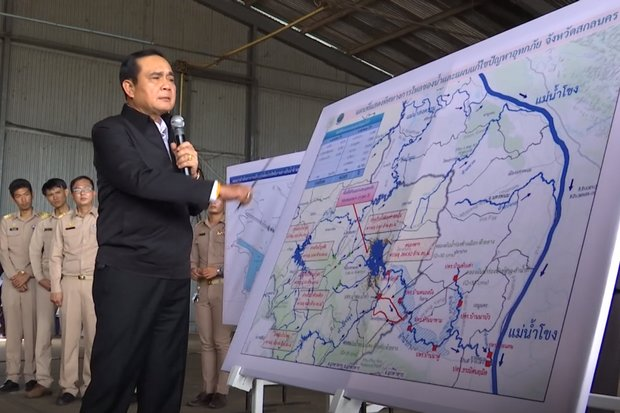 After a boat tour and briefings from local officials, Prime Minister Prayut Chan-o-cha explained to Sakon Nakhon how to clear floodwaters and clean up the town in a week. (Screen grab from video, Thaigov.go.th)