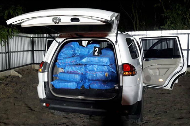 A total of 21 fertiliser sacks containing 4.2 million speed pills stacked in the back of a Mitsubishi Pajero, one of two vehicles abandoned by fleeing smugglers near a checkpoint in Ayutthaya early Friday. Another 1.8 million pills were found in a Vigo parked nearby. (Photo by Sunthorn Pongpao)