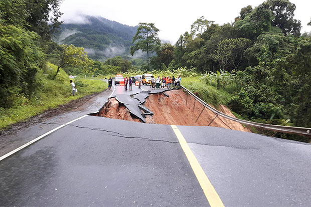 A section of Highway No.401 at kilometre maker 27 between Kapong district of Phangnga and Surat Thani's Phanom district is cut off following heavy rain overnight. (Photo by Supapong Chaolan)
