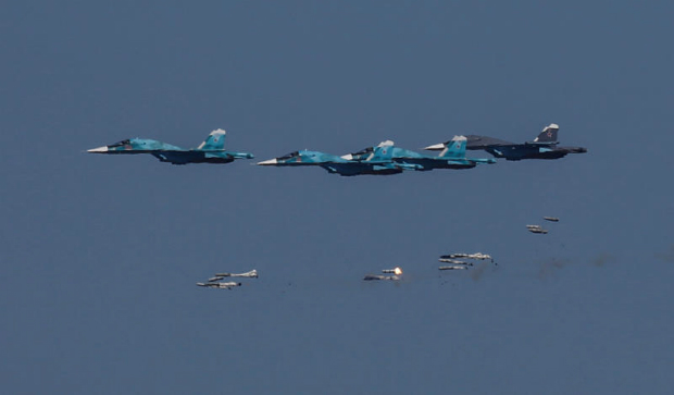 Sukhoi Su-34 bombers drop bombs during the Keys to the Sky competition at the International Army Games 2017 at the Ashuluk shooting range outside Astrakhan, Russia on Saturday. (Reuters photo)