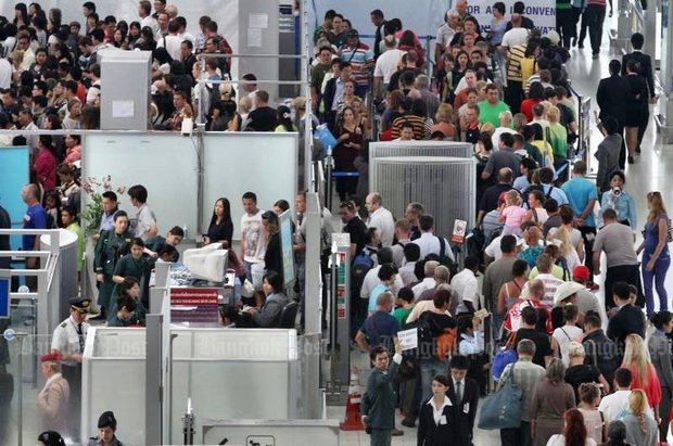 This photo taken in March shows what passes for queues at immigration at Suvarnabhumi airport. The head of the Immigration Bureau, Pol Lt Gen Nathathorn Prousoontorn, admits he lacks the staff to man the immigration booths at both Suvarnabhumi and Don Mueang airports. (File photo)