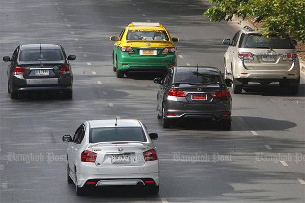 The Department of Land Transport has given people buying new cars between Oct 1 and  Dec 31 this year 60 days to properly register them or face a fine of up to 10,000 baht. After Jan 1 it will be 30 days. (File photo by Pattarapong Chatpattarasill)