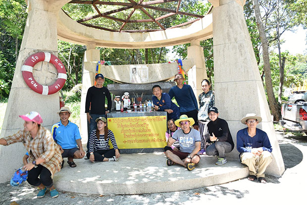 Staff of the Koh Chang Tai TAO pose for a photo at the shrine of remembrance, the Sarn Yutthanavy Koh Chang, after cleaning up the area around it in April. (Photo taken from Koh Chang Tai TAO's facebook page)