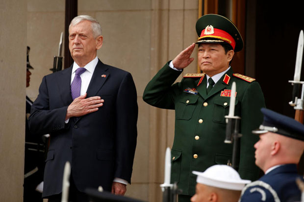 US Defence Secretary Jim Mattis, left, hosts an honour guard for Vietnamese Defence Minister Gen Ngo Xuan Lich, right, at the Pentagon on Tuesday. (Photo: Reuters)