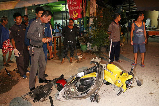A police officer inspects the wreckage of the motorcycle the 76-year-old foreigner was riding when hit by a pickup truck in Chon Buri's Sattahip district late on Wednesday. (Rescue volunteer Nantapon Thipsri Facebook's account)