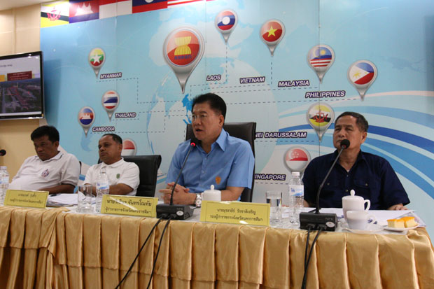 Nakhon Ratchasima governor Wichian Chantaranothai discusses local projects with provincial authorities. (Photo by Prasit Tangprasert)
