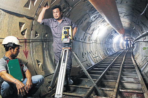 An underground tunnel is being built by the Metropolitan Electricity Authority along a section of Sukhumvit Road near Phra Khanong canal to hide ugly power cables lining the street. The work, expected to be finished in June next year, is part of the state's plan to smarten up Bangkok. (Photo by Wichan Charoenkiatpakul)