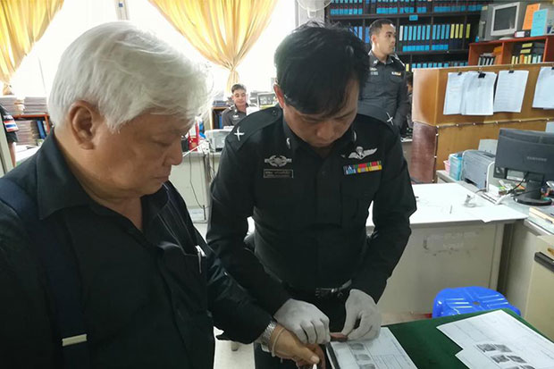 Chayan Vaddhanaphuti, an organiser of the 13th International Conference on Thai Studies at Chiang Mai University, is fingerprinted after reporting to police at Chang Phuak police station on Monday. (Photo from @lawyercenter2014 Facebook account)