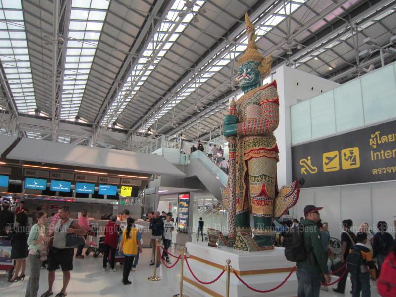 Passengers wait in Suvarnabhumi airport's departure hall. (Photo by Boonsong Kositchotethana)
