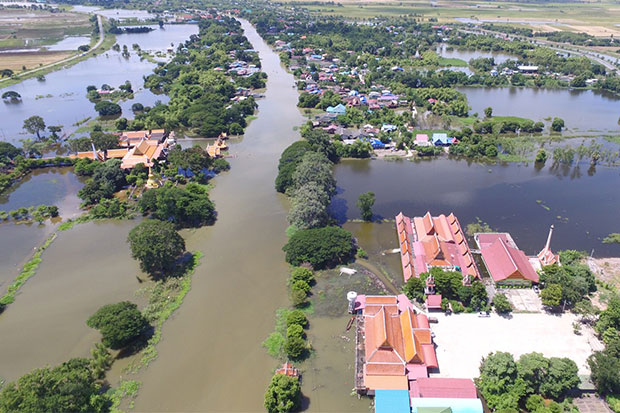 Riverside communities in six districts of Ayutthaya are flooded after the Chao Phraya Dam in Chai Nat increased its discharge rate to accommodate the flood surge from the North. (Photo by Sunthorn Pongpao)