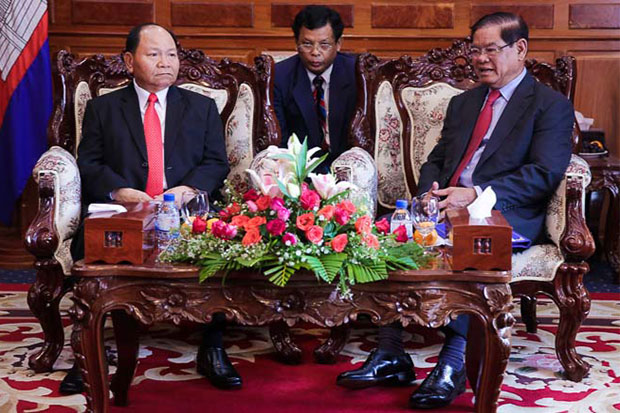 Cambodian Interior Minister Sar Kheng (right) meets with his Lao counterpart, Khammanh Souvileuth, at the Cambodian Interior Ministry in Phnom Penh on Wednesday. (Khmer Times photo)