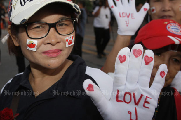 Supporters of former Prime Minister Yingluck Shinawatra wear white gloves with