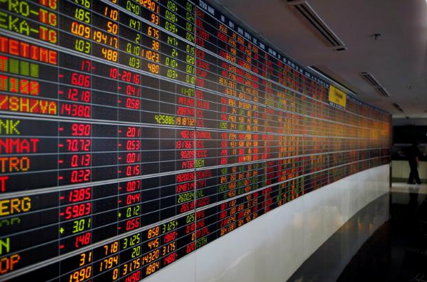 A man passes by a stock index board at a bank in Bangkok, Thailand Oct 17, 2016. (Reuters file photo)