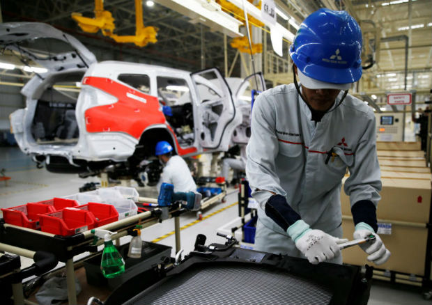 A worker is seen assembling a Mitsubishi Pajero at the Mitsubishi car factory in Bekasi, West Java province, Indonesia April 25, 2017. (Reuters file photo)