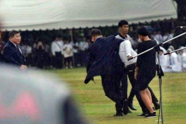 Chulalongkorn University lecturer chokes out a student and drags him away as colleagues watch, during the chaotic initiation ceremony on Aug 3. (Photo FB/Netiwit Chotiphatphaisal)