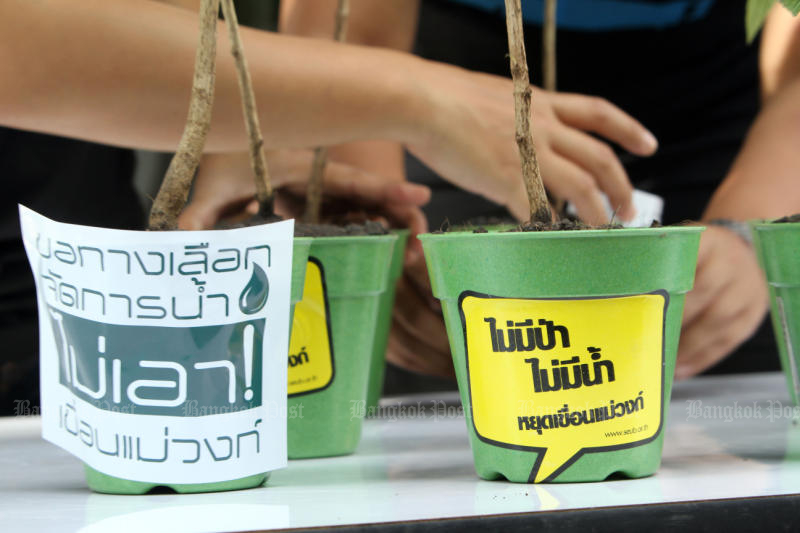 Environmental activists from the Seub Nakhasathien Foundation hold an activity to oppose the Nakhon Sawan-based Mae Wong Dam project at the Office of Natural Resources and Environmental Policy and Planning in September 2015. (Bangkok Post file photo)