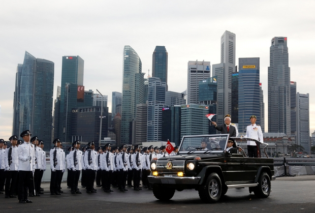 Singapore President Tony Tan waves to the crowd during National Day celebrations at Marina Bay on Aug 9. (Reuters Photo)