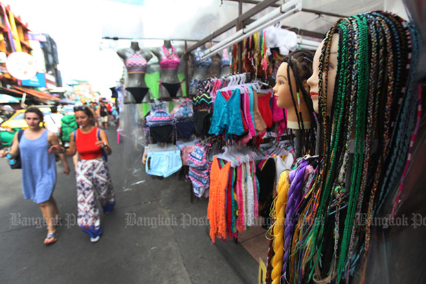 Street vendors line the pavements in Khao San Road area in August 2016. (Bangkok Post file photo)