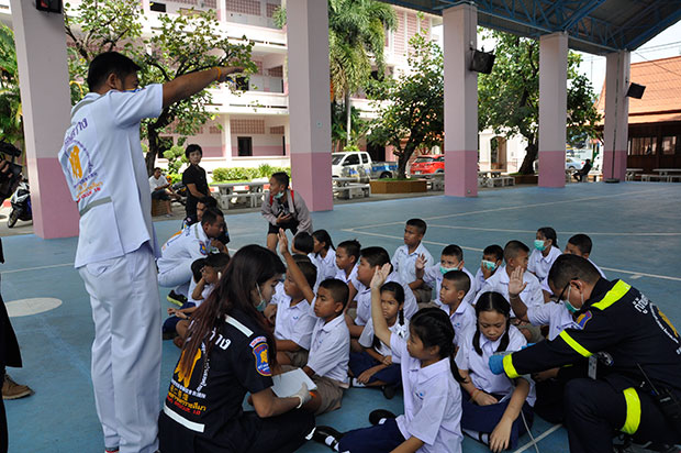 Students at Sukhanaree School in Nakhon Ratchasima who suffered  diarrhea and vomiting receive treatment on Tuesday morning. All had eaten chicken served after a  police seminar against drug abuse on Monday.