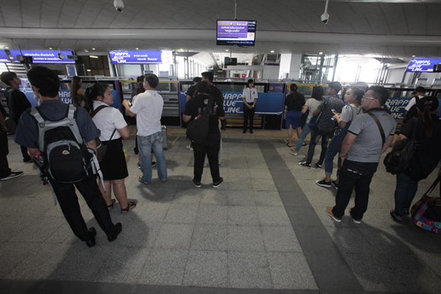 Passengers wait to board an MRT train at Tao Poon station in August, after the 1.2-kilometre