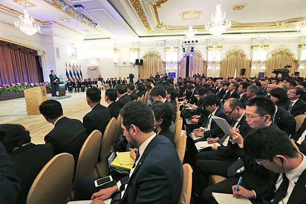 Prime Minister Prayut Chan-o-cha (far left) speaks to 570 potential investors from Japan. (Photo by Chanat Katanyu)