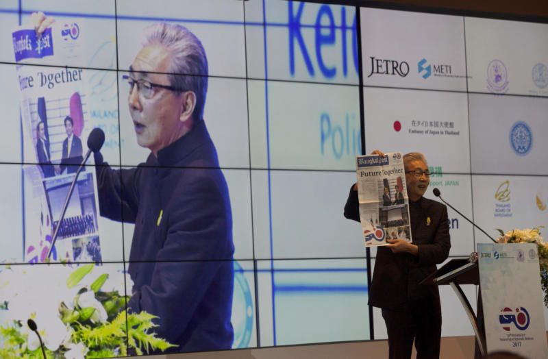 Deputy Prime Minister Somkid Jatusripitak displays the front page of a special publication of the Bangkok Post at a symposium on Thailand 4.0 held at Bangkok Marriott Marquis Queen's Park on Tuesday. (Photo by Pawat Laopaisarntaksin)