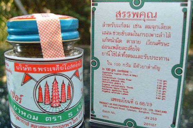 A bottle of Five Pagodas 'yahom' and its label are shown. (Facebook/กองคุ้มครองฯ กระทรวงการต่างประเทศ)