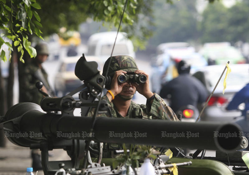 A soldier keeps watch in Bangkok, three days after the military coup on Sept 19, 2016. (Post Today file photo)