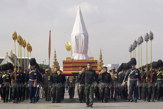 Soldiers rehearse for the royal cremation ceremony at the 11th Infantry Division in Bang Khen district of Bangkok on Friday. (Photo by Apichit Jinakul)
