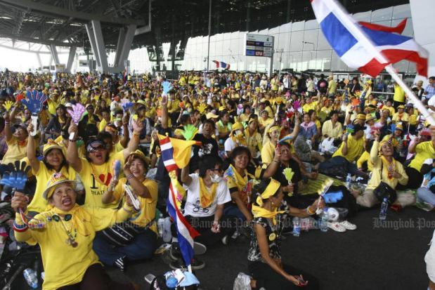 Yellow-shirt protesters cheer during the seizure of Suvarnabhumi airport on Nov 27, 2008. (Post Today photo)