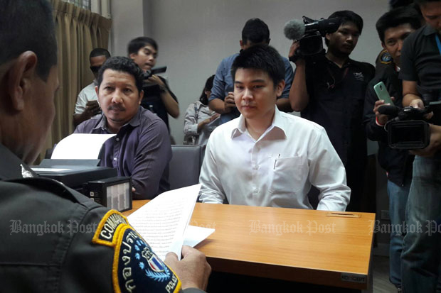 Wasurat Rojrungrangsi, right, files his complaint against police who brought zero-dollar tour charges against him and his family, at the Crime Suppression Division in Bangkok on Thursday. (Photo by Wassayos Ngamkham)