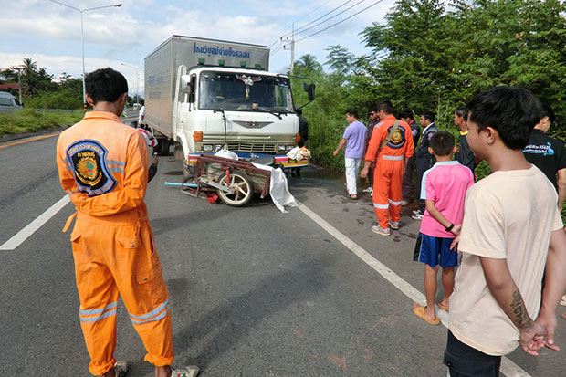 A motorcycle with a sidecar ridden by Thongyoon Noynachan is hit by a truck in Muang district in Kalasin on Sunday. (Photo by Yongyuth Phuphuangphet)