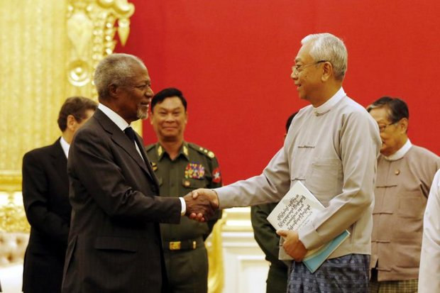 Myanmar's President Htin Kyaw (right) received a report and recommendations from former UN secretary general Kofi Annan during a formal meeting at the Presidential House in Nay Pyi Taw, Myanmar on Aug 23. (EPA photo)