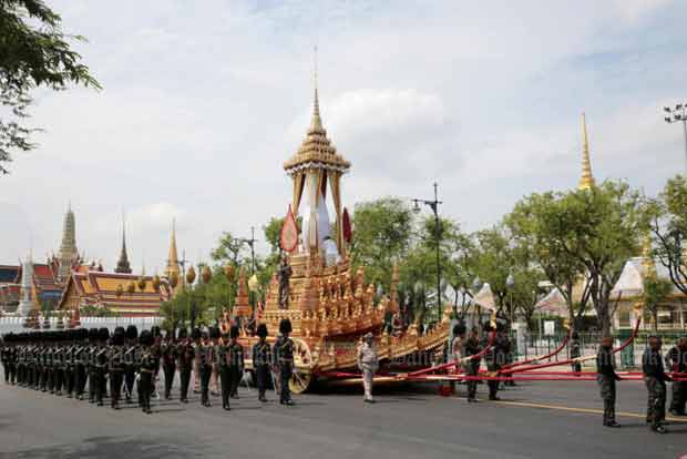 Soldiers pull the royal chariot and palanquins in the first rehearsal for the royal cremation on Saturday morning. (Photo by Chanat Katanyu)
