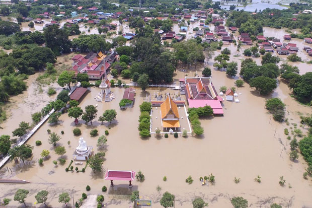 Floodwater covers Wat Tha Suthawat in tambon Sai Noi of Bang Ban district, Ayutthaya, on Tuesday. (Photo by Sunthorn Pongpao)