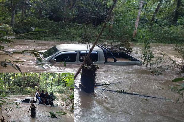The abandoned police pickup truck after it was swamped by a flash flood while police were taking a murder suspect out of the forest after capturing him in Kanchanaburi's Sai Yok district on Wednesday afternoon. (Photo supplied by Pol Col Thanee Sa-nguanjeen)