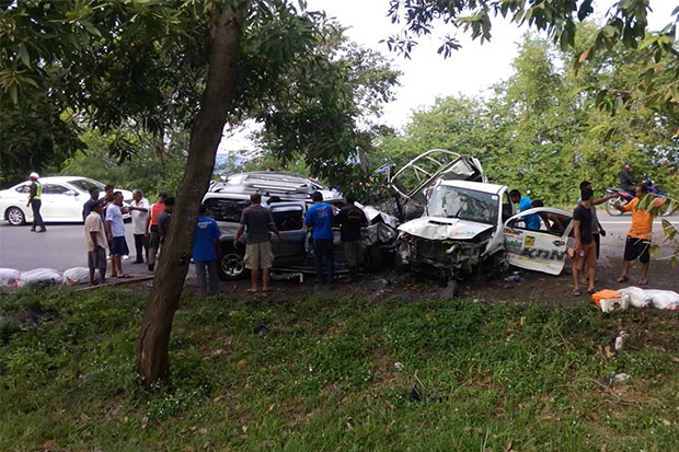 The scene of a head-on collision between a pick-up truck carrying pineapple residue and a multi-purpose vehicle in Songkhla on Friday morning.  (Photo by Assawin Pakkawan)