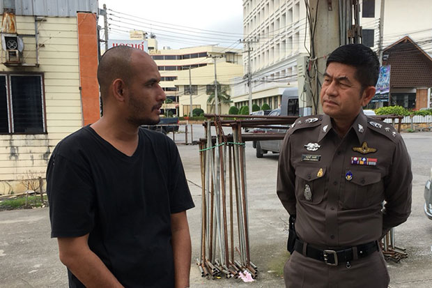 Uthai police chief Pol Col Anusorn Wayakham talks to Apichart Kaewmanee after he was arrested in Uthai district, Ayutthaya, on Sunday. (Photo by Soonthorn Phongpao)