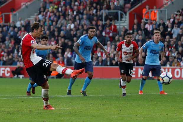 Southampton's Manolo Gabbiadini scores the second goal from a penalty during the match at St Mary's Stadium at Southampton. (Reuters photo)