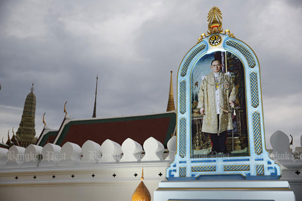 A portrait of the late King Bhumibol erected outside the Grand Palace so mourners can pay their respects around the clock. (Photo by Wichan Charoenkiatpakul)