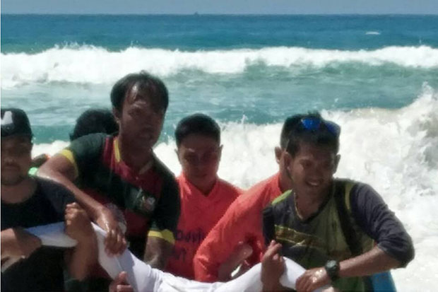 Tourist Andy Airtley is brought ashore at Karon beach in Phuket on Wednesday. (Photo by Adhadtaya Chuenniran)