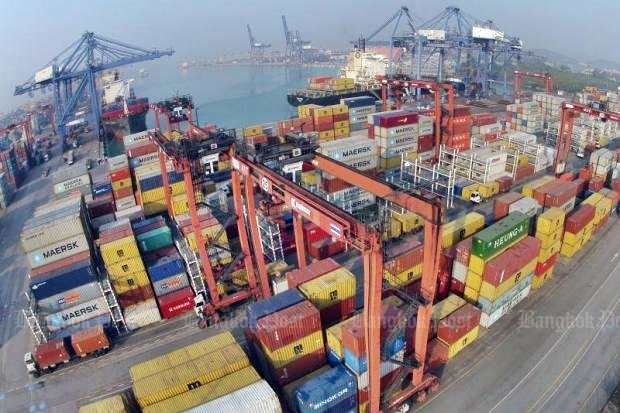 A container build-up at Laem Chabang deep-sea port symbolises the ongoing surge in exports - despite the high value of the baht. (Bangkok Post file photo)
