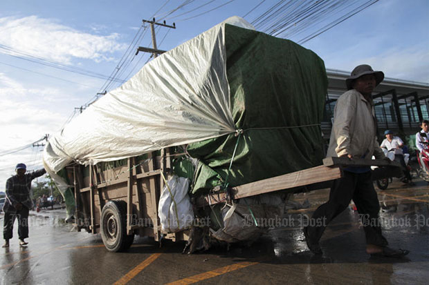 A Cambodian worker pulls a cart loaded with trade goods across a border checkpoint at Khlong Luek in Aranyaprathet district of Sa Kaeo province in September 2015. (Bangkok Post file photo)