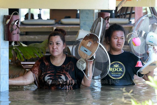 Residents of Moo 3 village in Sam Khok district of Pathum Thani province carry possessions from their flooded home to safety. Some parts of the province just north of Bangkok have been hit heavily by flooding. (Photo by Pongpat Wongyala)