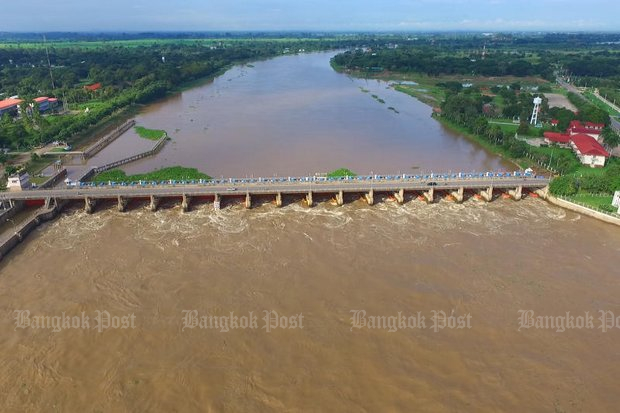 The Chao Phraya barrage dam is increasing water release to 2,700 cubic metres per second to offset massive run-off from the North, which will affect low lying areas downstream as far as Nonthaburi, on the northern edge of Bangkok. (Bangkok Post file photo) (NOTE: To see this photo and page in full colour, press the