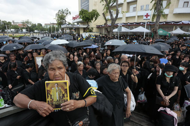 Mourners wait for screening in front of the Royal Hotel near Sanam Luang, Bangkok, on Wednesday morning. (Photo by Patipat Janthong)