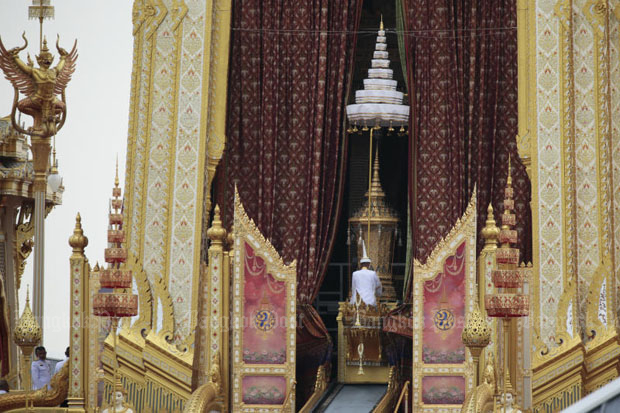 The royal urn is lifted into the royal crematorium at Sanam Luang, Bangkok, shortly before 3pm on Thursday. (Photo by Patipat Janthong)