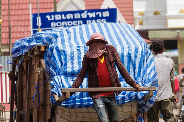A porter bring trade goods across the border to Thailand from Poipet.(Photo by KT/Chor Sokunthea)